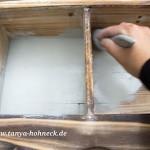 Regal-bemalen-mit-Kreidefarben und Pinsel