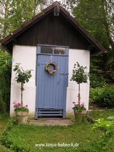Altes Bienenhaus im Cottage Garten