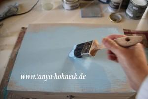 Ich trage die chalk paint im Farbton ICELAND mit einem Pinsel auf die gesamte äußerlich sichtbare Fläche der Weinkiste auf.