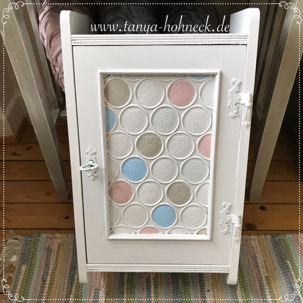 Autentico Kreidefarben in Pastell-Tönen: kleiner Vintage Schrank im neuen Shabby Look