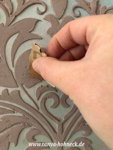 Der letzte Feinschliff: Das mit Autentico Terrapieno 3D Paste modellierte Schablonen-Motiv kann nach dem Trocknen einfach ein wenig geschliffen werden. So beseitigt man störende Unebenheiten einfach.